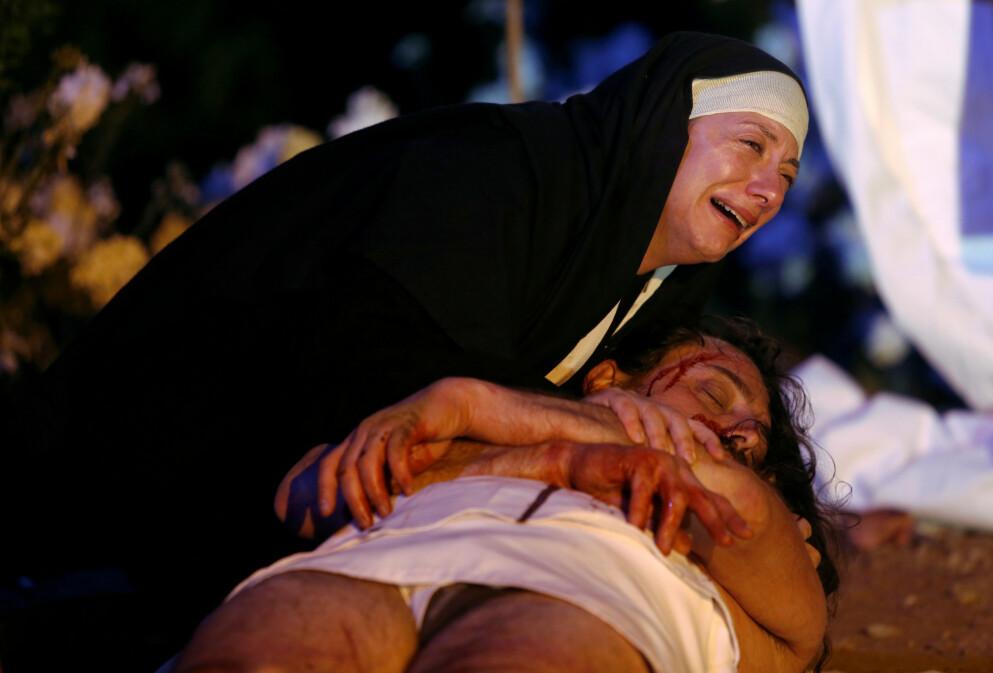 VILLE TILSTANDER: På Fillippinene sparer man ikke på kruttet for å minnes Jesu lidelser. Men det finnes faktisk enda mer ekstreme måter å feire påsken på. FOTO: NTB
