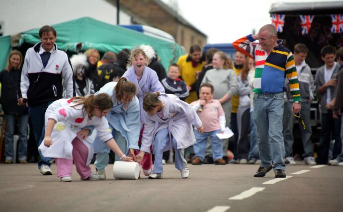 RULLER MED STIL(TON): Barna deltar i det årlige Stilton annual Cheese Rolling Championships i 2006. FOTO: NTB