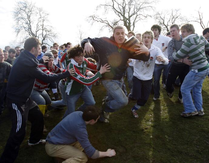 UNNA VEI: Det går tidvis hardt for seg i tønnekampen på andre påskedag i Hallaton i England. Her fra kampen i 2008. FOTO: NTB