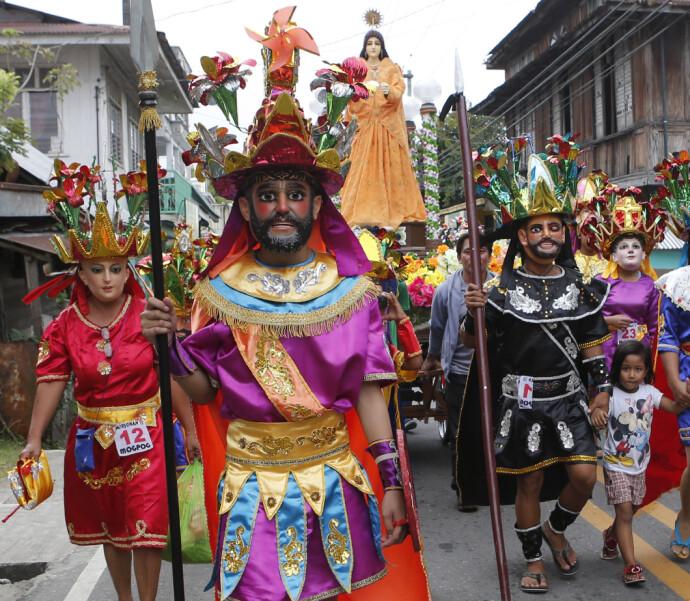 GOD STEMNING: Såkalte «Morions« med masker og romerske kostymer under påskefeiringen Marinduque på Filippinene i 2013. FOTO: NTB