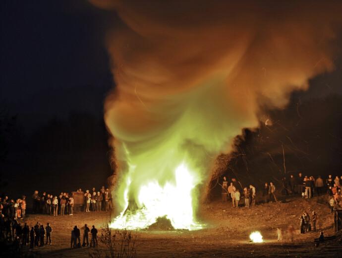 MØRKETS MERKE: Det er en gammel tradisjon å feire påsken med bål. Her fra Elbingerode i Tyskland i 2009 FOTO: NTB