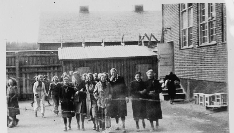 ANDRE VERDENSKRIG: Utenfor Oslo lå fangeleiren Grini. I løpet av de fire årene leiren var i drift som fangeleir, var 2000 kvinner innom leiren. Dette bildet er tatt i luftegården ved kvinneavdelingen. FOTO: Riksarkivet