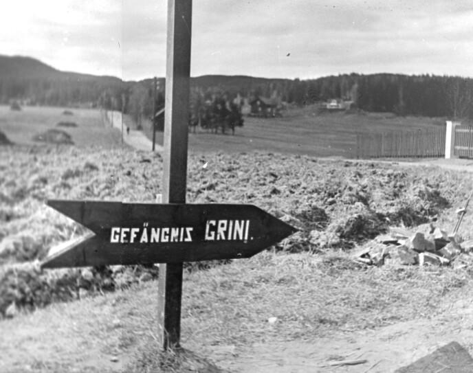 SPOR: Tysk veiviser med retningspil, med teksten «Gefängnis Grini» som kan oversettes til fengsel Grini. FOTO: NTB arkiv