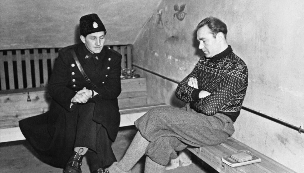 GESTAPO-SJEF: Siegfried Wolfgang Fehmer fotografet med en norsk politimann i en celle på Akershus festning i 1946. Fehmer ble skutt på Akershus den 16. mars 1948. Bittemas opplevelser med Fehmer under krigen var en del av bevisførselen mot ham. Selv hevdet han at Bittema Reichelt var den eneste kvinnen han noen gang torturerte. FOTO: NTB arkiv