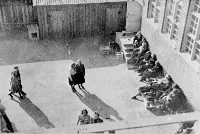 KVINNER PÅ GRINI: Dette fotografiet er tatt på Grini, og viser kvinnenes luftegård. FOTO: NTB arkiv