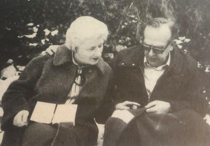 MINNER FRA KRIGEN: Dette bildet av Bittema og Johs er trykket i boken «Bittema - gjennom KZ til friheten», og viser ekteparet som ser på Johs' genser med hvitt kryss, som indikerte at han var fange. Det er Berg museum i Kragerø som sitter på flere av gjenstandene donert av paret fra krigens dager. FOTO: FOTO: Fra boken «Bittema - gjennom KZ til friheten» // Cappelen Damm