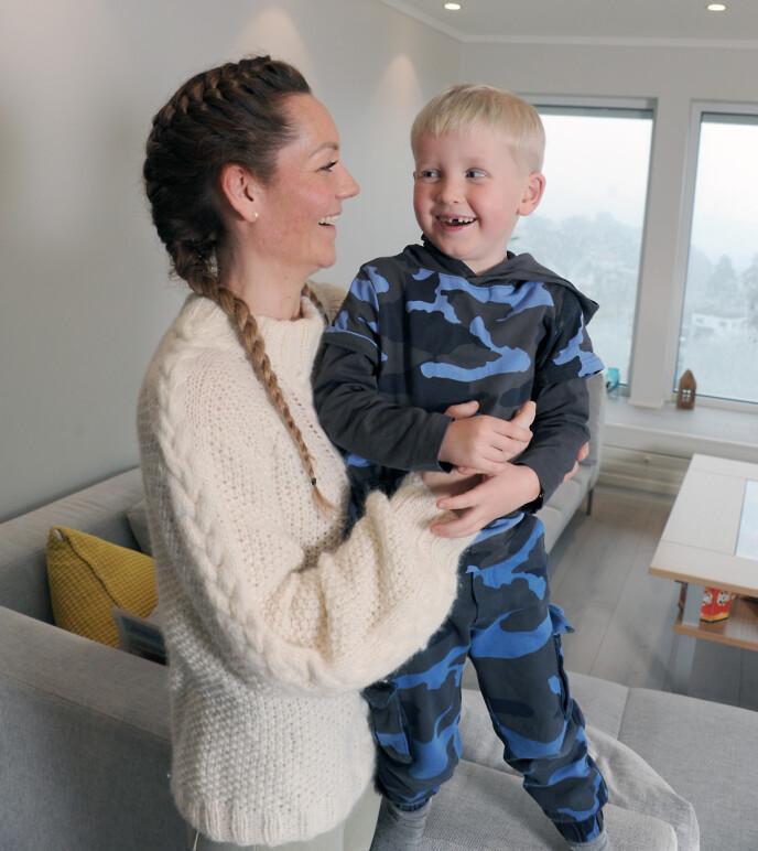 MINSTEMANN: Aksel er familiens minstemann og har mange som passer på ham. FOTO: Marianne Otterdahl-Jensen