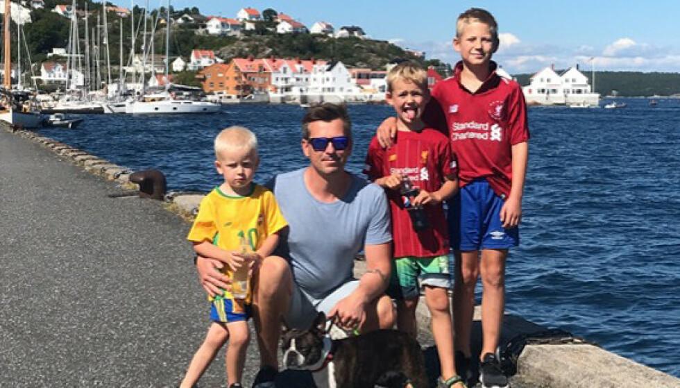 FAR: Pappa Kenneth med de tre sønnene sine. FOTO: Privat