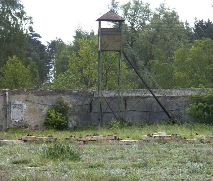 SPOR: Dette bildet er tatt i 2004, og sporene etter konsentrasjonsleiren Ravensbrück utenfor Berlin eksisterer den dag i dag. Hit ble 103 norske kvinner sendt fra fangenskap i Norge. Ni av dem døde der. Bittema var én av de som kom hjem igjen. FOTO: NTB