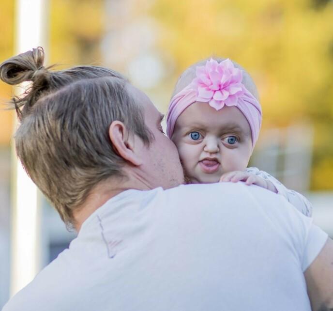 PAPPAS JENTE: Maylie er høyt elsket av hele familien, som ofte pynter henne litt ekstra med rosa stæsj. Foto: Petra Älvstrand