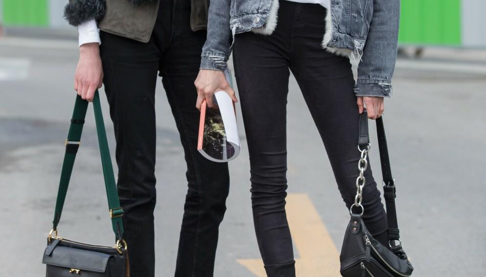GODE TIPS: Svarte jeans kan fort miste fargen sin. Derfor har vi spurt eksperten hvordan vi kan bevare den lengst og best mulig. Foto: NTB