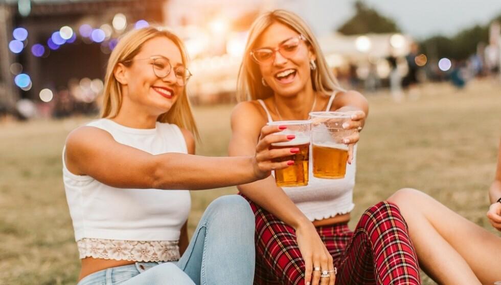 SOSIALE NETTVERK: Generelt sett har kvinner hatt større sosiale nettverk og derfor større buffere mot å bli ensomme, dersom de er single, forklarer ekspert. FOTO: NTB