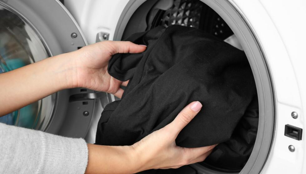 VASK SJELDNERE: Hvor ofte vasker du klærne dine? Kanskje for ofte? Foto: NTB