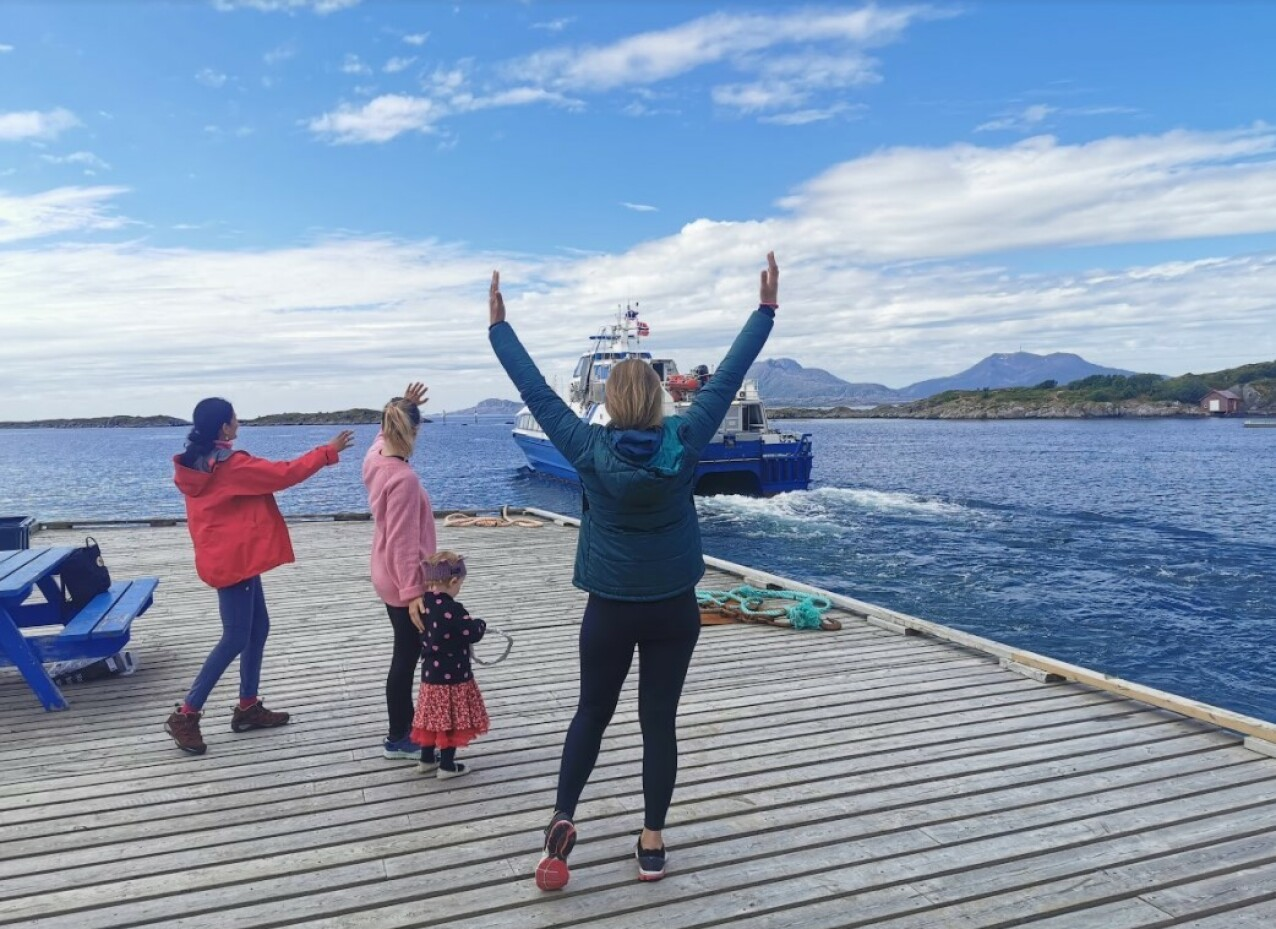 HURTIGBÅT: Den eneste forbindelsen fra Himmelblå brygge til fastlandet er ferje eller hurtigbåt. FOTO: Privat