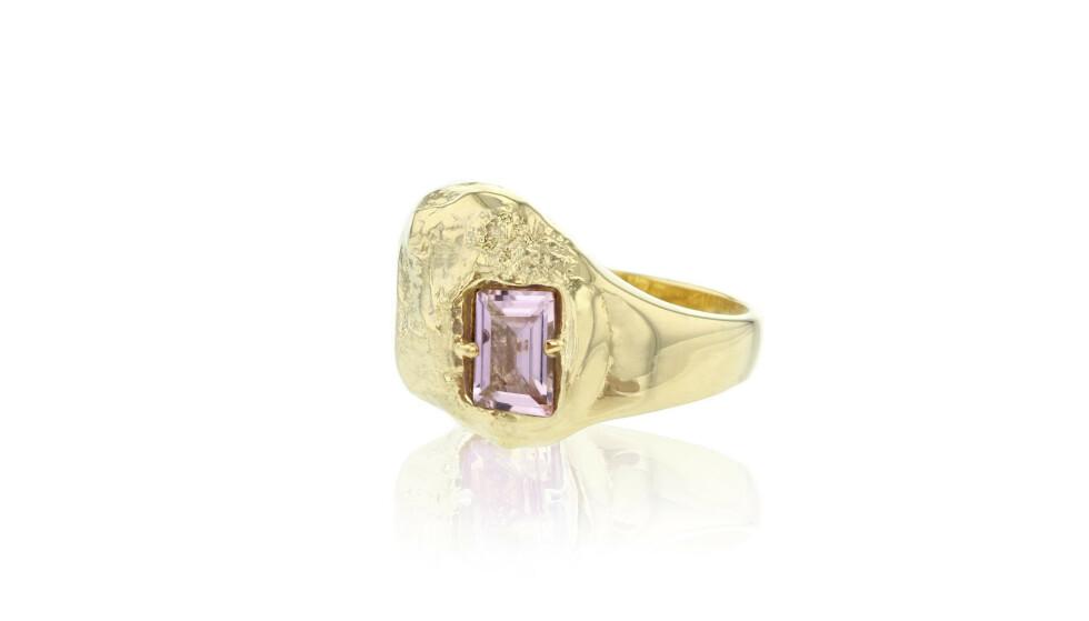 Ring med lilla stein (kr 2250, Halsa).