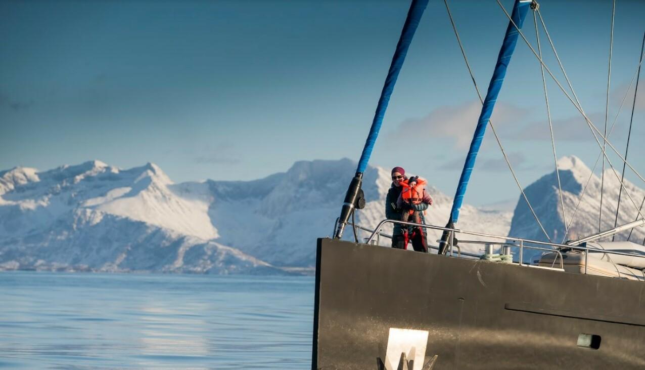 EVENTYR: Linda og Emil driver SeilNorge sammen. Her på tur over Vestfjorden til Lofoten fra Steigen. FOTO: Mats Grimsæth