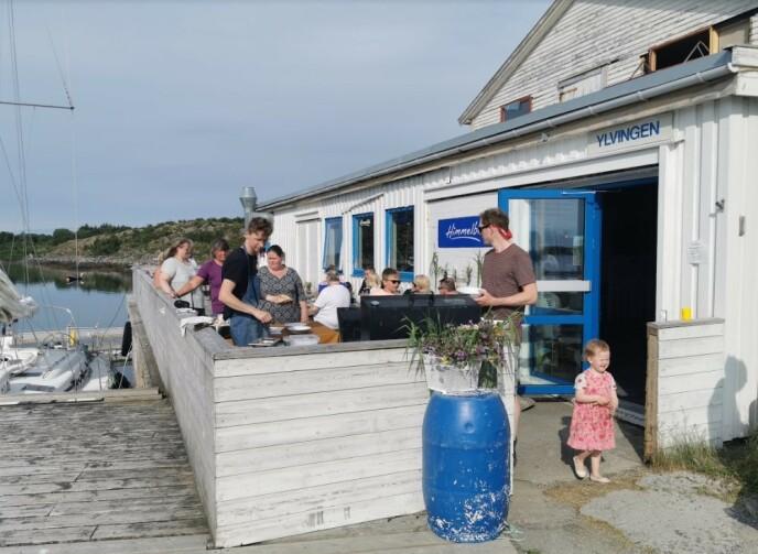 PÅ BRYGGA: Store og små koser seg sommeren gjennom på Himmelblå brygge. FOTO: Privat