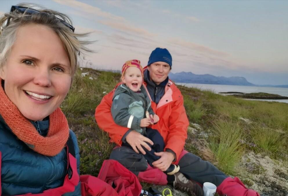HIMMELBLÅ: I dag er det samboerparet Linda Øverli Nilsen og Emil Engebrigtsen som driver Himmelblå brygge på Ylvingen i Nordland. Her med datteren Live på en ekskursjon på en av øyene i nærheten av bryggen. FOTO: Privat