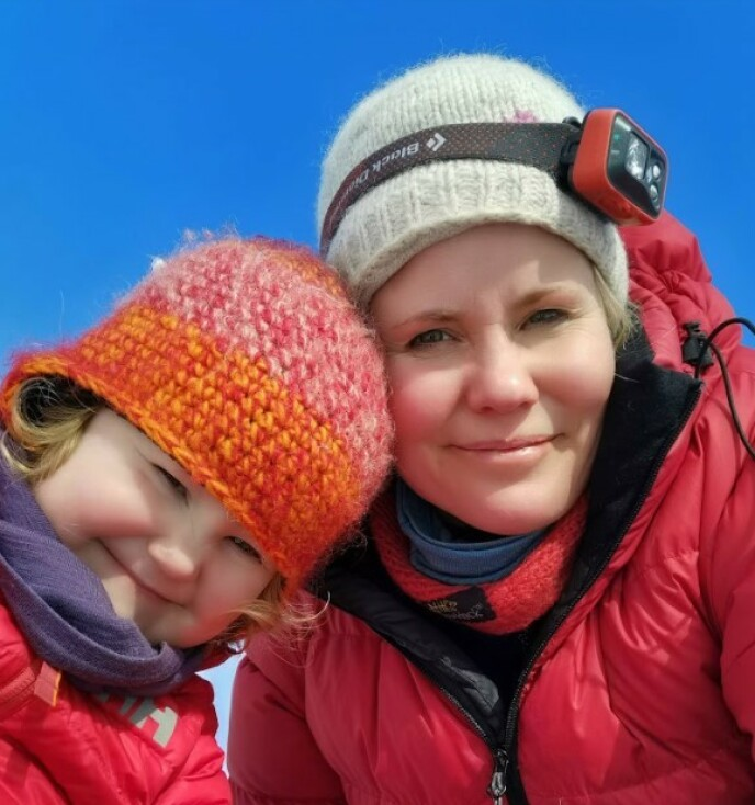 SOM MOR, SÅ DATTER: Live er med foreldrene overalt - og tok sine første skritt på Grønland. FOTO: Privat