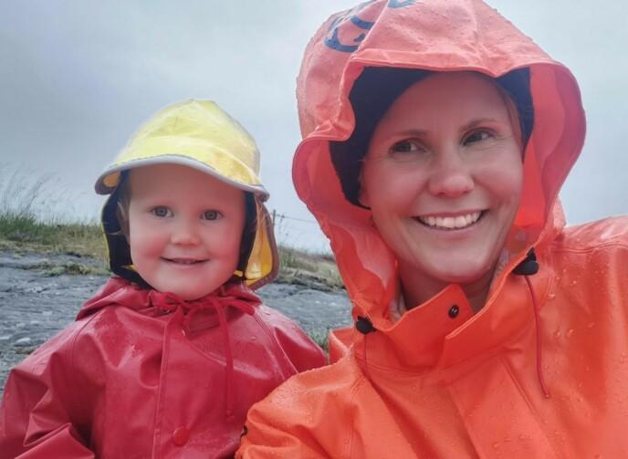 GODT KLEDD: Det finnes ikke dårlig vær! Live og Linda smiler bredt, til tross for litt regn. FOTO: Privat