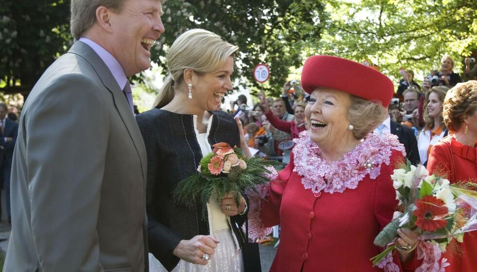 SKJEBNESVANGERT: Dronning Beatrix nøt sin egen feiring i Apeldoorn i 2009. Festen ble brått et blodbad, og de kongelige var selv et hårsbredd fra døden. Her fotografert med daværende kronprins Willem-Alexander og daværende kronprinsesse Maxima. Foto: AP Photo/Robin Utrecht, NTB