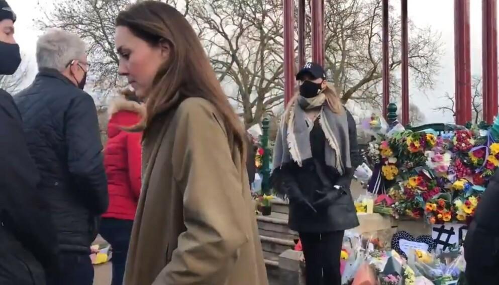 HERTUGINNE KATE: Trebarnsmoren Kate har selv vært ung og gått hjem på nattestid i London. Hun dukket plutselig opp blant folket, for å vise drapsofferet Sarah Everard sin respekt. Se video i saken! FOTO: Thomas Newton