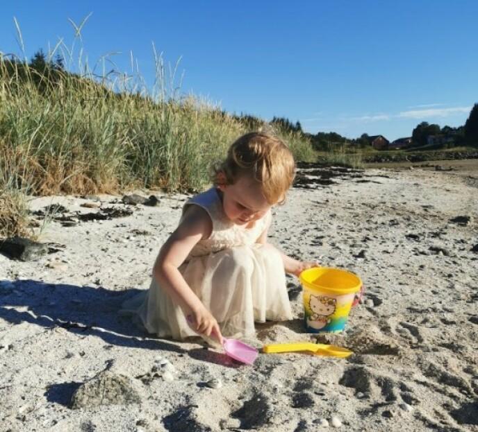 HERLIGE OMGIVELSER: For lille Live er omgivelsene på vakre Ylvingen et skikkelig sommerparadis. FOTO: Privat