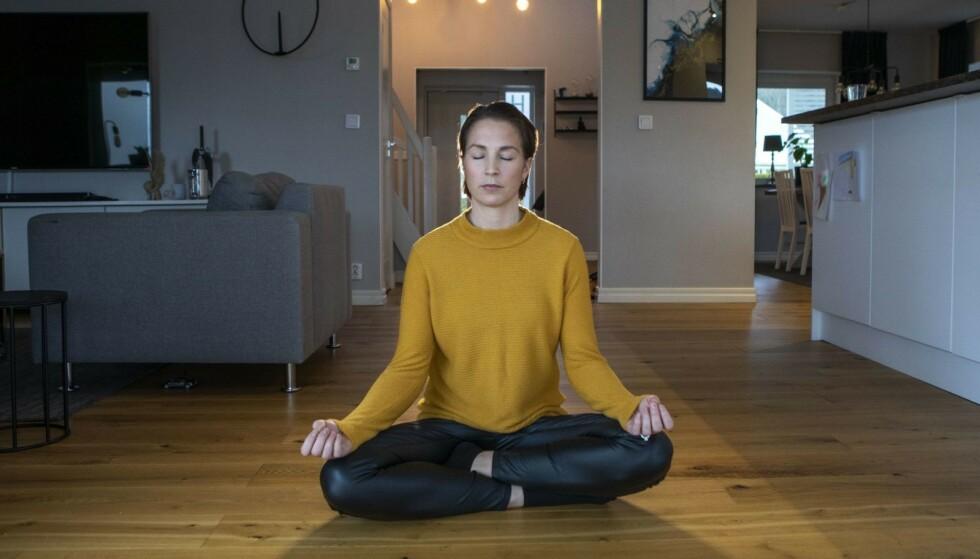 YOGA: Johanna har begynt med yoga, og lærer det også bort til barn, for å gi dem mental styrke hun selv kunne trengt som liten. FOTO: Lasse Edwartz