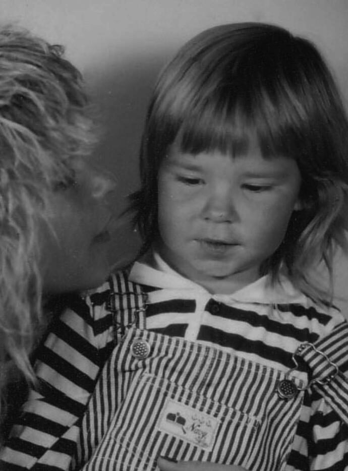 HEMMELIGHET: Madeleine og mamma Eva. Mange år senere skulle Madeleine få forklaringen på hvorfor mamma kviet seg for å vise nærhet i morsrollen. FOTO: Privat