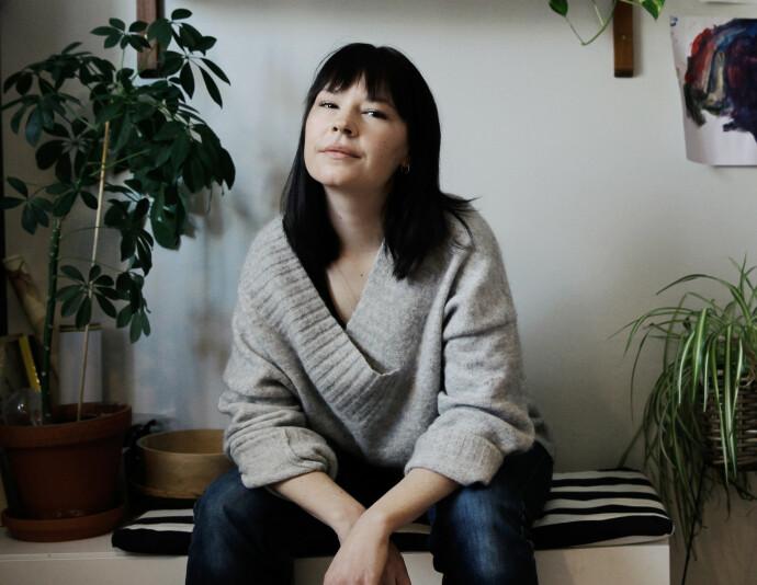 NØSTER: Madeleine Schulz har gått sin egen familie i sømmene når hun skriver bok om vold mot kvinner. FOTO: Anne-Julia Granberg