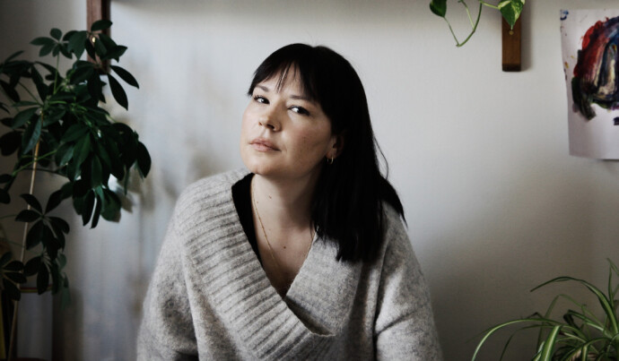 STERK: Madeleine Schultz har intervjuet kvinner på krisesentre og bordeller til boken «Morslinjer», om vold i nære relasjoner. FOTO: Anne-Julia Granberg