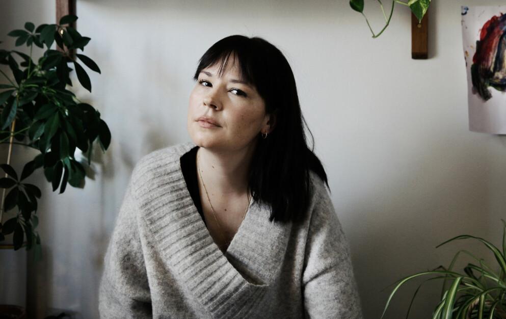 BOKAKTUELL: Madeleine Schulz har skrevet bok om vold i nære relasjoner. I arbeidet nøstet hun også i sin egen families historie. FOTO: Anne-Julia Granberg