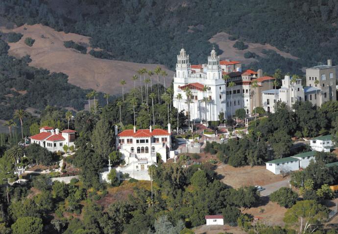 FORTYLLET: Slottet til Hearst-familien i California kalles også «La Cuesta Encantada», Den fortryllede høyden. Slottet ligger i San Simeon, og på eiendommen gresser det blant annet store sebraflokker den dag i dag. FOTO: NTB