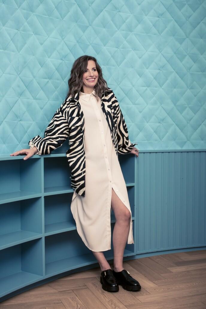 Skjortejakke (kr 300), skjortekjole (kr 300) og sko (kr 600, alt fra H&M). Tips! Mønster gir stilen det lille ekstra. Hent gjerne opp fargene fra resten av antrekket for et gjennomført uttrykk. FOTO: Astrid Waller