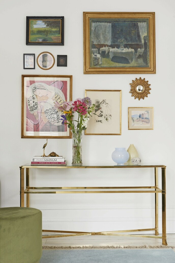 Bildeveggen er satt sammen av malerier som Maria har arvet og kjøpt i Paris. Derfra kommer også det lille solspeilet.