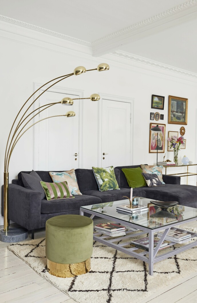 Stuen besto opprinnelig av to rom, og den er nå 50 kvadratmeter stor, så det er god plass til sofaen fra Bolia, som har fått nytt trekk av stoff fra Designers Guild. Putene er fra Bungalow, Tine K og My Journey Collection, der puffen også er fra. Cottex-lampen er kjøpt på auksjon.