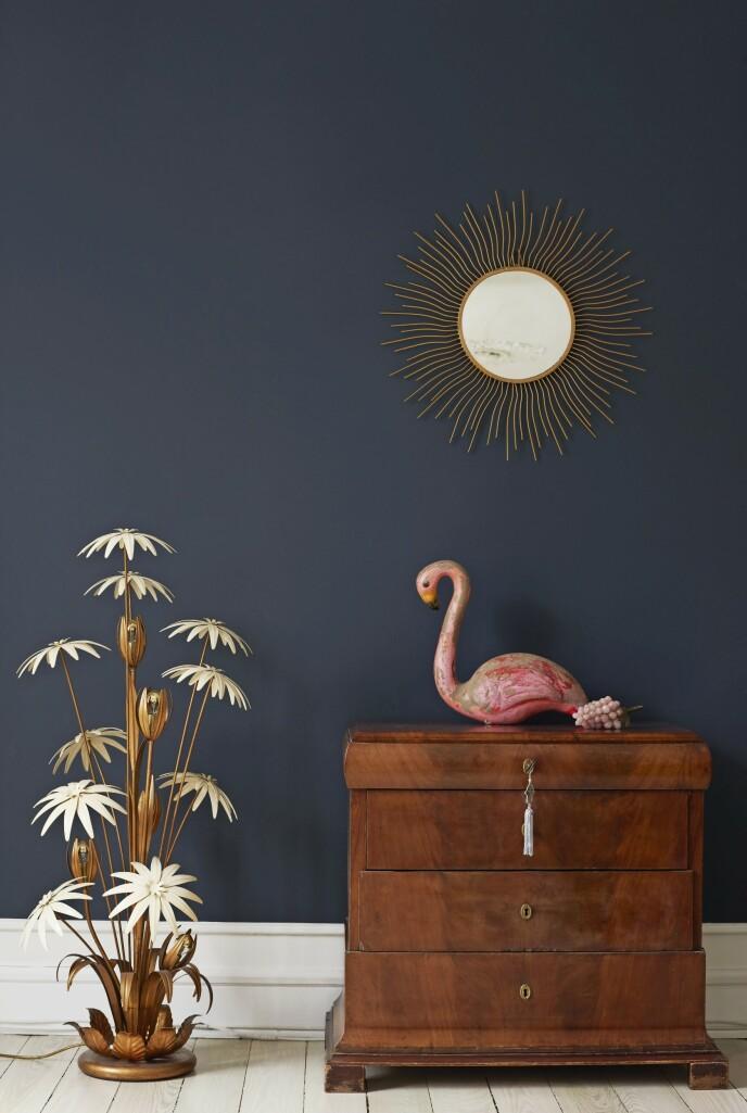Maria plasserer gjerne arvemøbler sammen med overdådige franske funn, slik som palmelampen og flamingoen som stammer fra en karusell i Paris.