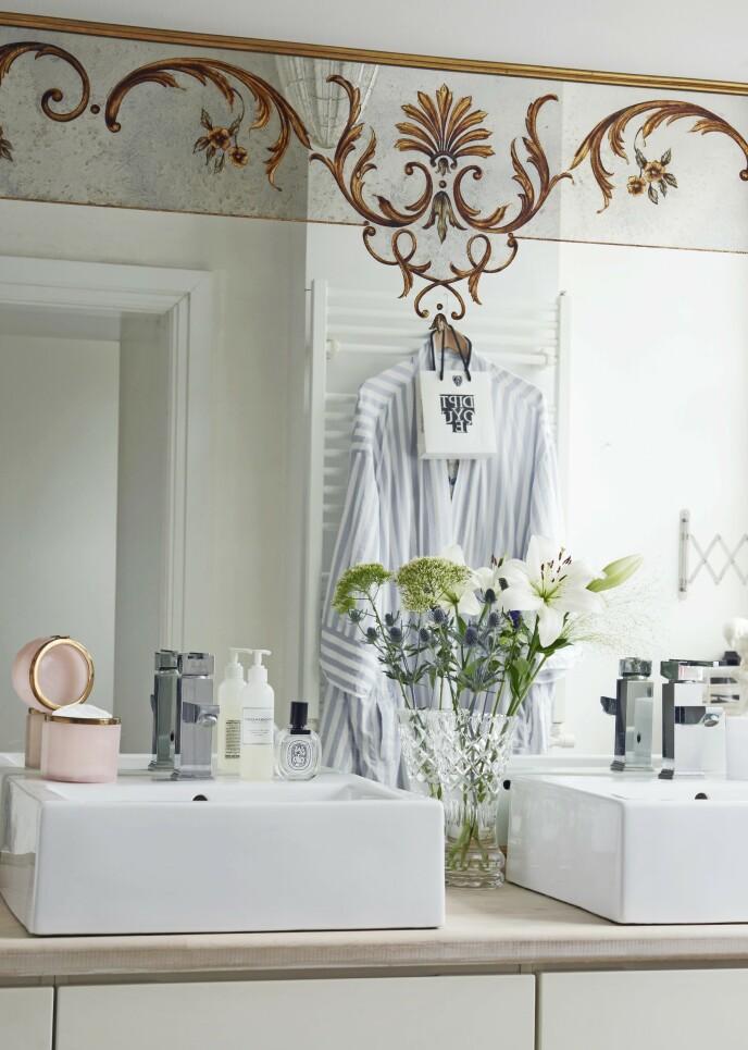 Det fantastiske speilet på badet er fra en kafé i Paris. Maria bare måtte ha det, og det passet på millimeteren.