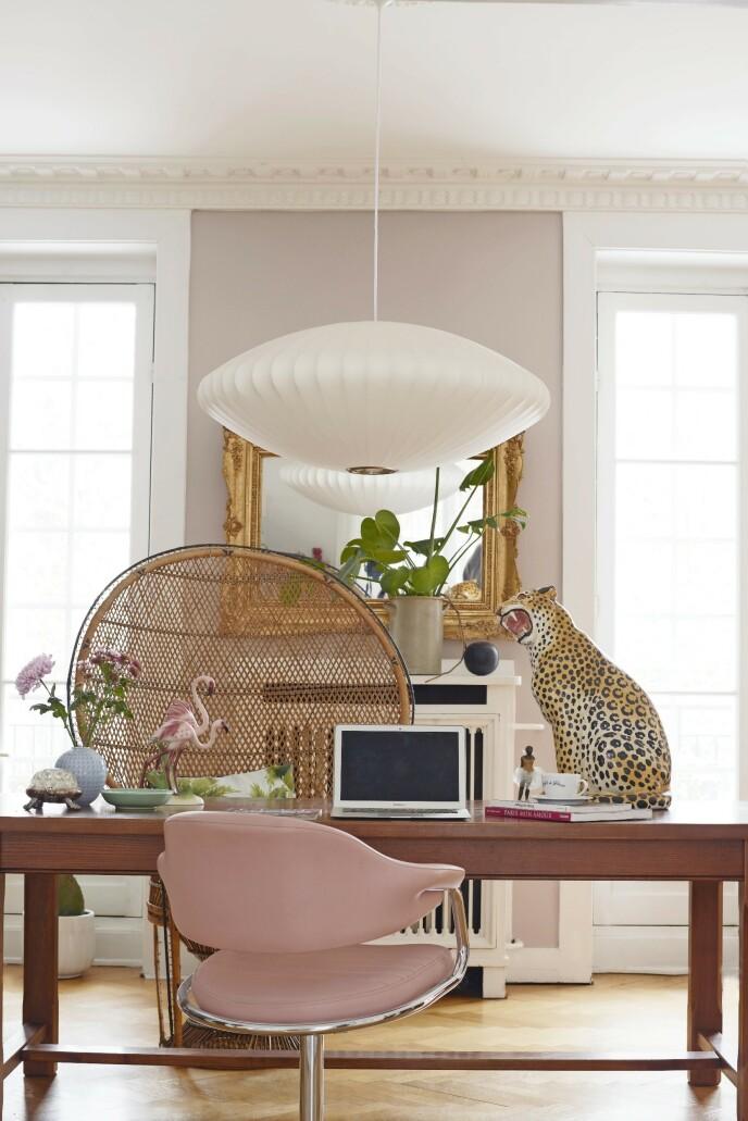 På Marias arbeidsrom tar hun den franske vintagestilen helt ut med både påfuglstol, leopard og flamingoer som er kjøpt i Paris. Det gamle speilet er arvet, og George Nelsonlampen er fra Hay. Veggfargen heter «Como» og er fra Flügger for Eilersen. Tips! Gi et rom et feminint preg med gullspeil og -rammer og rosa detaljer.