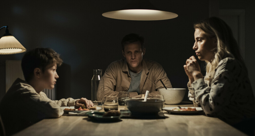 PÅSKEKRIM 2021: Tobias Santelmann spiller i den danske serien «Den som dreper - Mørket» på Viaplay. Skikkelig mørk påskekrim! FOTO: Viaplay