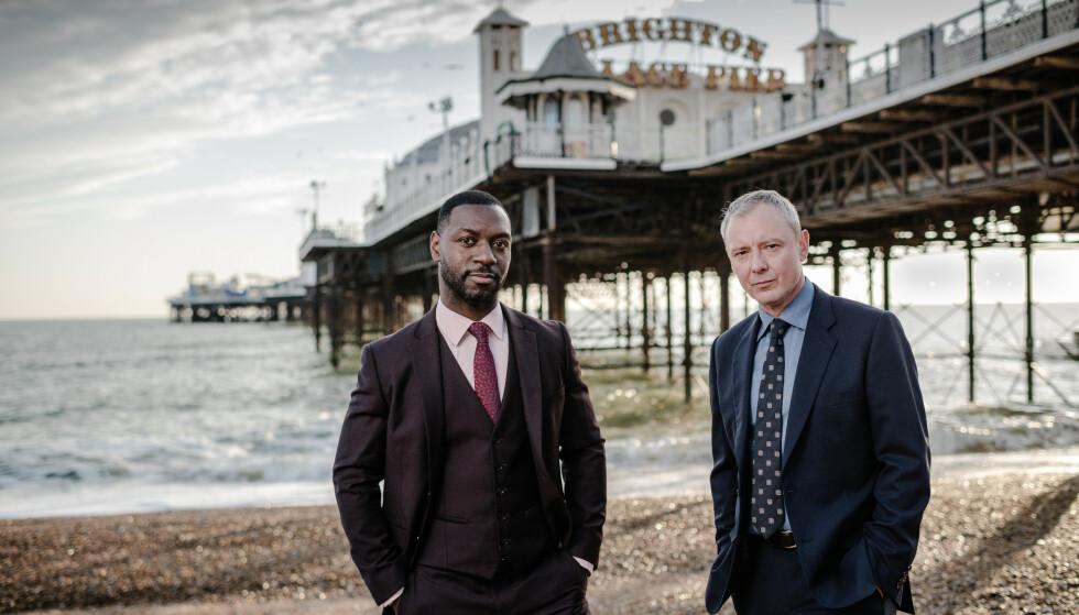 GRACE: Roy Grace (John Simm) får god hjelp av kollegaen Glenn Branson (Richie Campbell) med å løse drapsgåten. FOTO: ITV // NRK