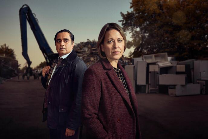NEDGRAVDE HEMMELIGHETER: Nicola Walker og Sanjeev Bhaskar som Cassie og Sunny i Nedgravde hemmeligheter. FOTO: MAINSTREET PICTURES // NRK