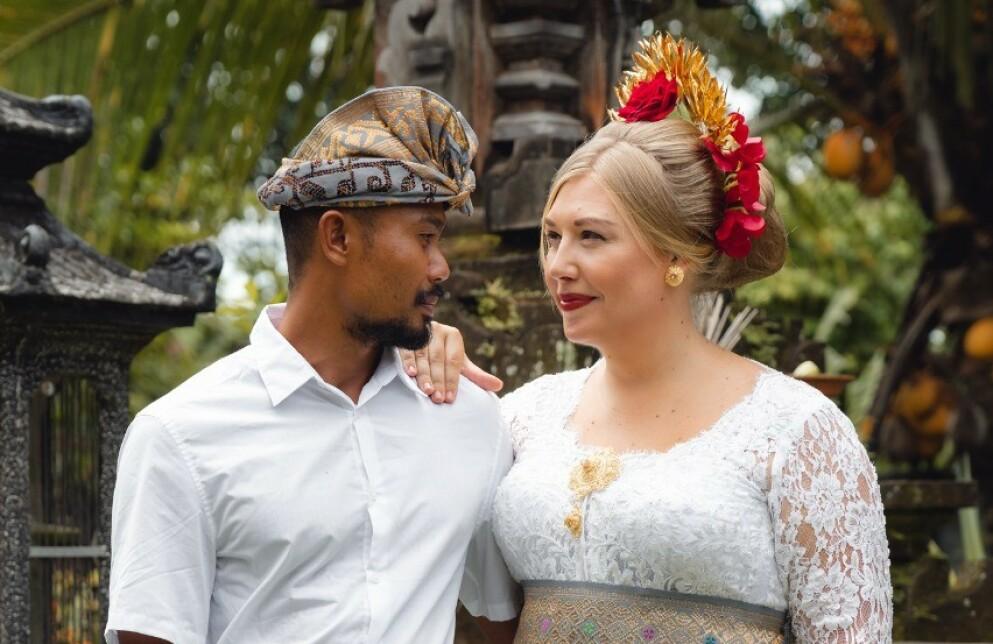 GIFTET SEG PÅ BALI: Svenske Linnea falt pladask for den balinesiske surfeinstruktøren Tom. I dag er paret gift og bosatt på den tropiske ferieøya. FOTO: Privat