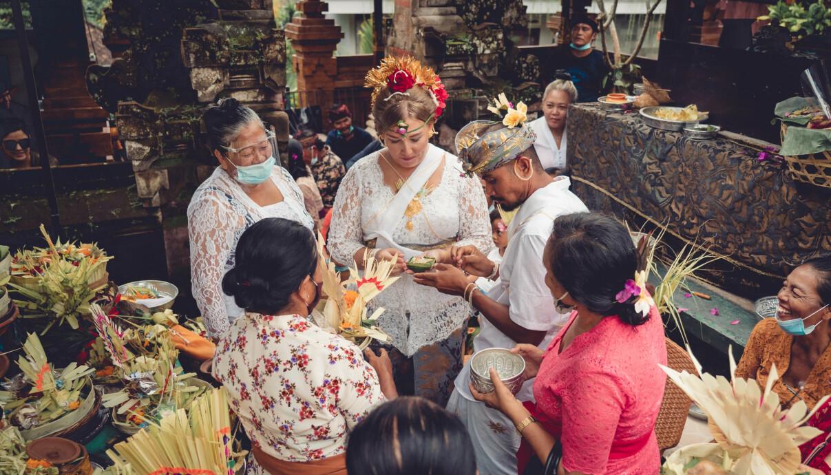 STORSLAGEN SEREMONI: Det seks dager lange bryllupet foregikk i vakre omgivelser og inneholdt mange hinduistiske ritualer. FOTO: Privat