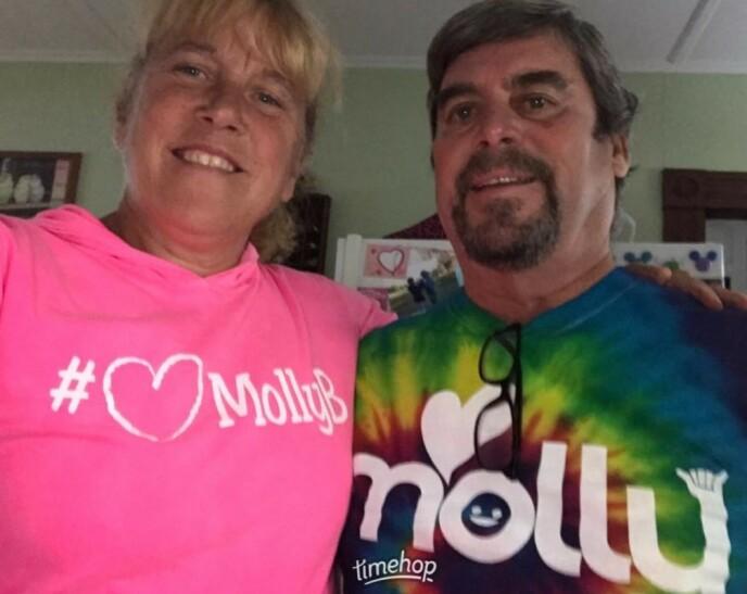 MISTET DATTEREN: Ekteparet Barbara Higgins og Kenny Banzhoff ba alle om å gå ikledd fargen rosa under datterens begravelse i 2016. FOTO: Skjermdump Facebook