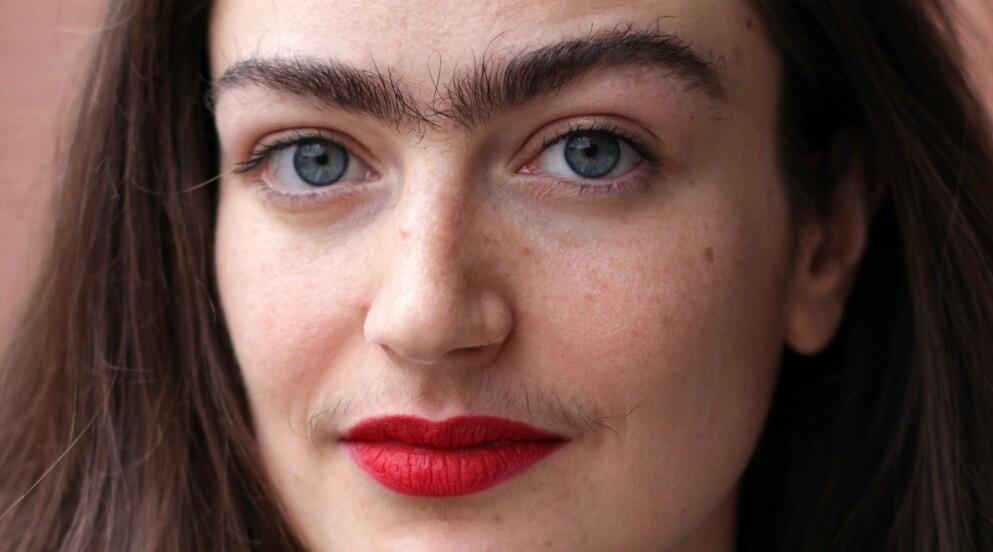 KROPPSHÅR: Eldina Jaganjac barberte og nappet i mange år bort hår i ansiktet. Nå tar hun kampen opp for at kvinner kan se ut som de gjør, og som de selv ønsker. Foto: Christine Vassaux Noe