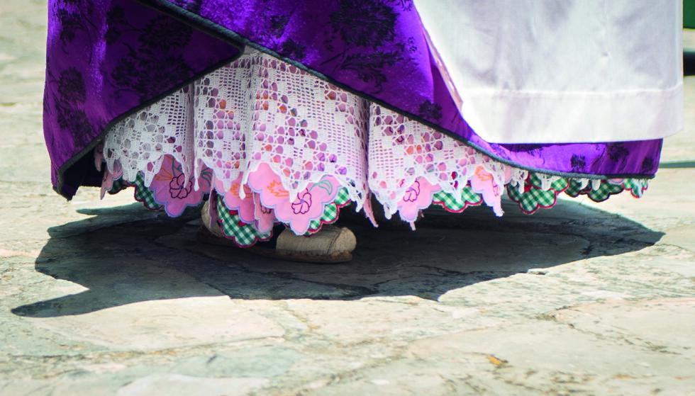 FARGERIKT: Når kvinnene i Ibiza pynter seg til de tradisjonelle fiesta-ene, bruker de et vell av fargerike skjørt. Til enkelte høytider er det snakk om mer enn tolv ulike typer, alle i forskjellig stoff, broderier og i ulike farger. Foto: Consell de Ibiza
