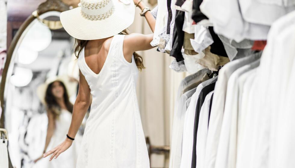 HVIT SOM SNØ: Når helgenen i Ibizas katedral er Our Lady of Snow, er det bare passende at byen er hvit. Gå på oppdagelse i de fine, små butikkene i gamlebyens brostensgater. Kanskje finner du en Adlib-kjole som passer perfekt? Foto: Consell de Ibiza