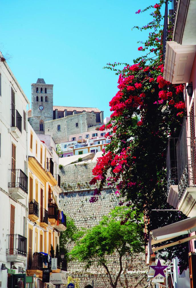 GAMLEBYEN: Under katedralens plassering på høyden, ligger Dalt Vila, Ibizas gamleby, vakkert til med bratte, brostensbelagte gater og et yrende menneskeliv. Foto: Consell de Ibiza