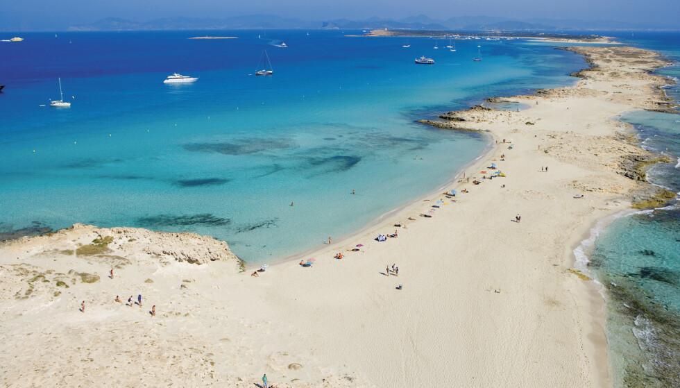 VERDENS BESTE STRAND: Ses Illetes-stranden på Formentera ligger i en naturpark. Flere ganger er den kåret til verdens beste strand. Det er bare å stikke føttene i sanden. Foto: AETIB